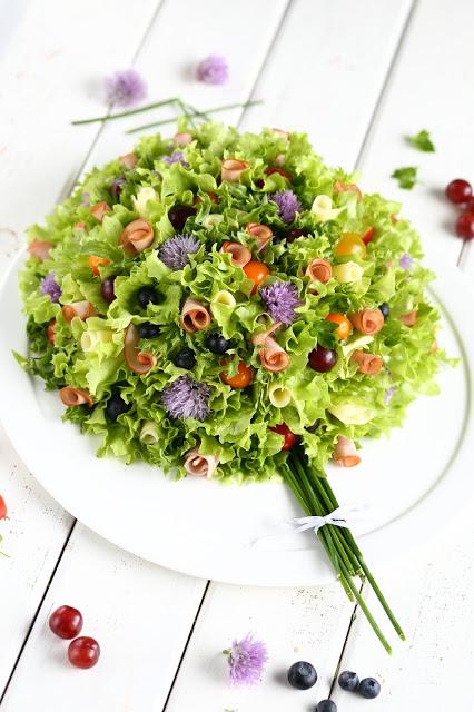 Kukkakimpun mallinen voileipäkakku on kaunis ja herkullinen tarjottava äitienpäivä tai muihin juhliin