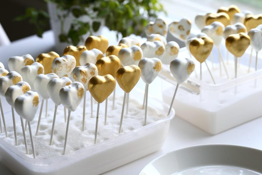 Valmiit popsit on helppo säilyttää pystyasennossa sokerilla täytetyssä astiassa