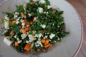 Rapea lehtikaalisalaatti on todella helppo lisuke tai kevyt lounas tai illallinen.