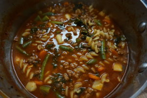 Jauhelihasta, pastasta ja vihanneksista syntyy herkullinen minestronekeitto