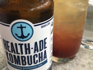 Tämän hetken kuumin juoma Jenkeissä on Kombucha probioottinen teejuoma, jonka uskotaan edistävän terveyttä.