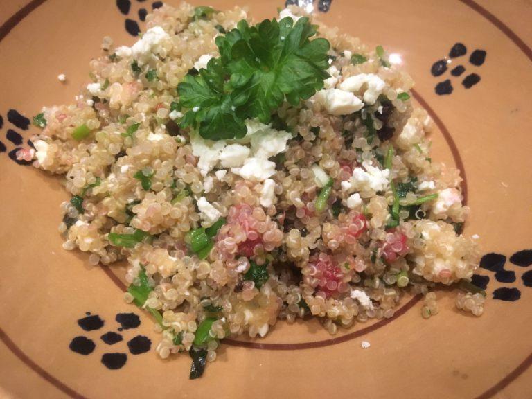 Terveellisestä kvinoasta syntyy herkullinen salaatti.