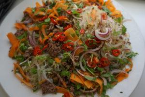 Nuudeleista, kasviksista ja jauhelihasta syntyy herkullinen itämainen nuudelisalaatti.