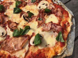 Grillissä pizza kypsyy muutamassa minuutissa rapeaksi.