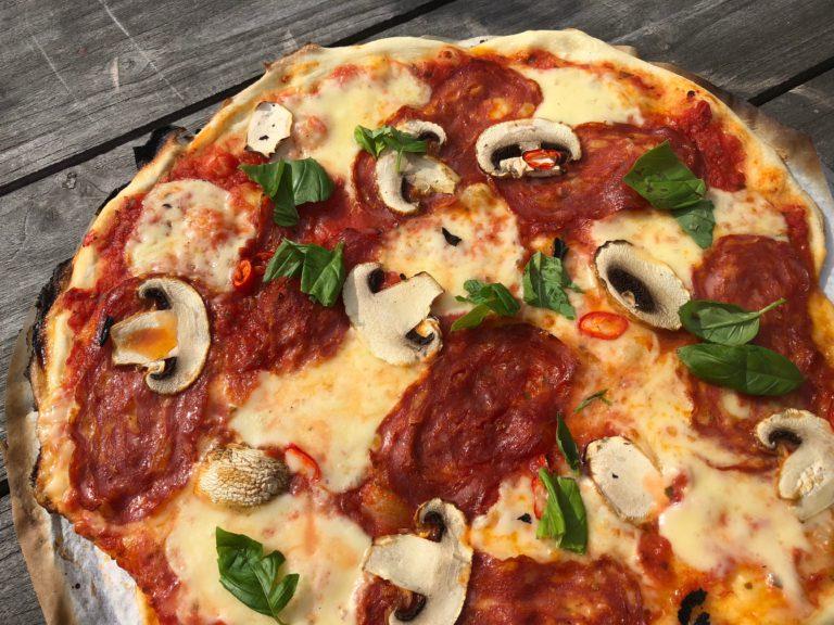 Grillissä tehdystä pizzasta tulee kuin pizzeriassa tehtyä.