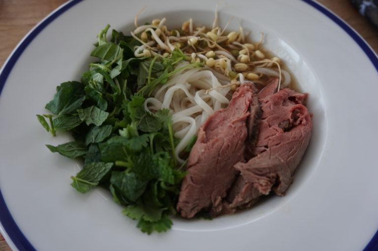 Vietnamilainen pho-keitto syntyy nopeasti, kun vähän oikoo mutkia.