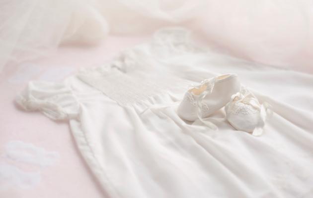 Valkoinen ristiäismekko ja tossut