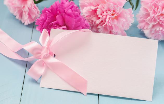 Vaaleanpunainen naistenpäivän korttipohja
