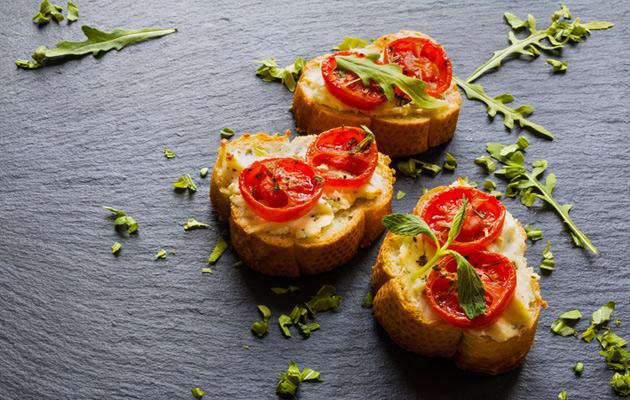 Brushetta vuohenjuustolla ja tomaatilla
