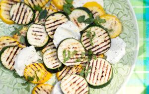 grillattu kesäkurpitsa-mozzarellasalaatti