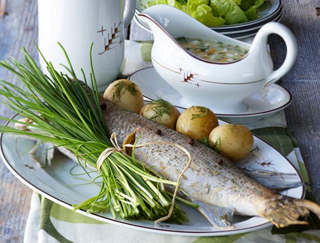 ruohosipulilla maustettu kalaruoka