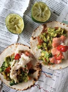 Cevicheä guacamolen ja tortillojen kera