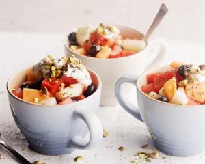 hedelmasalaatti ja jogurttikastike