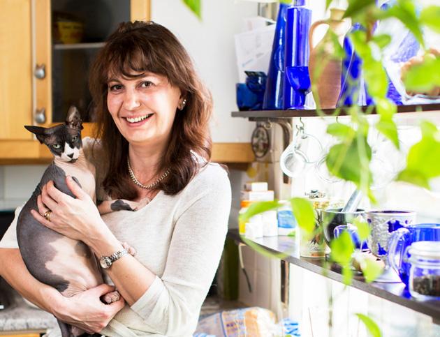 Riikka Slunga-Poutsalo kissansa kanssa