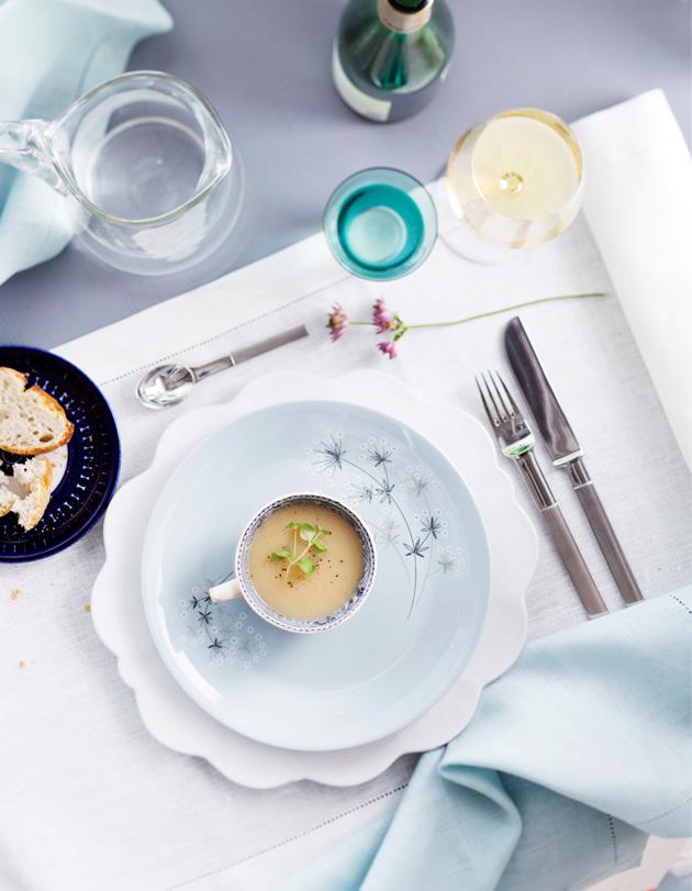 Juhlapöydän kattaus valkoisen ja sinisen sävyissä