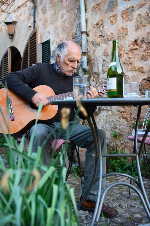 Mallorcalla asuva taiteilija David Templeton soittaa kitaraa