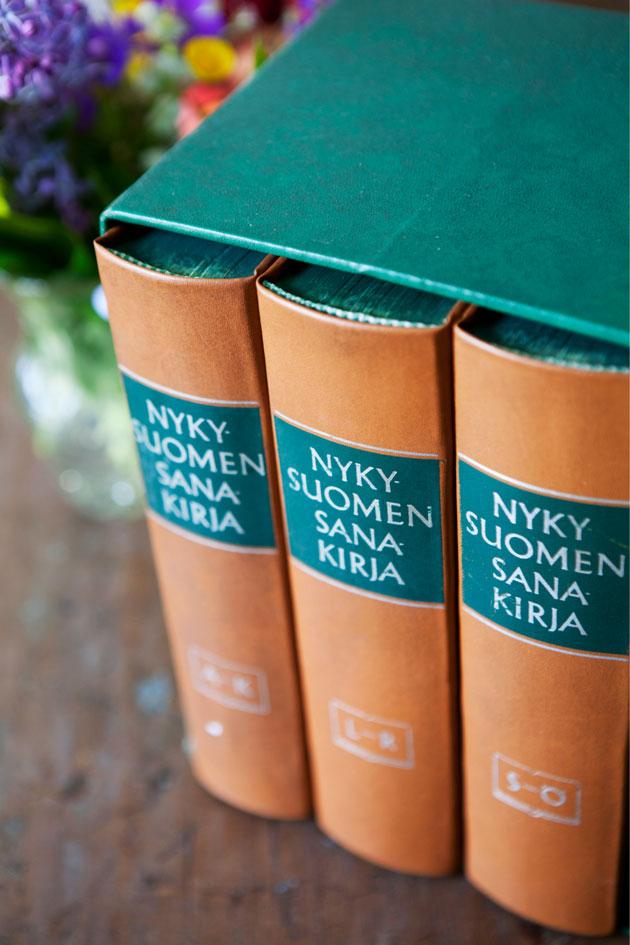 """""""Käytän miltein päivittäin kolmiosaista Nykysuomen sanakirjaa. Itse asiassa minulla on niitä kolme. Koska ne on sijoiteltu eri huoneisiin, sanasto on aina käteni ulottuvilla."""""""