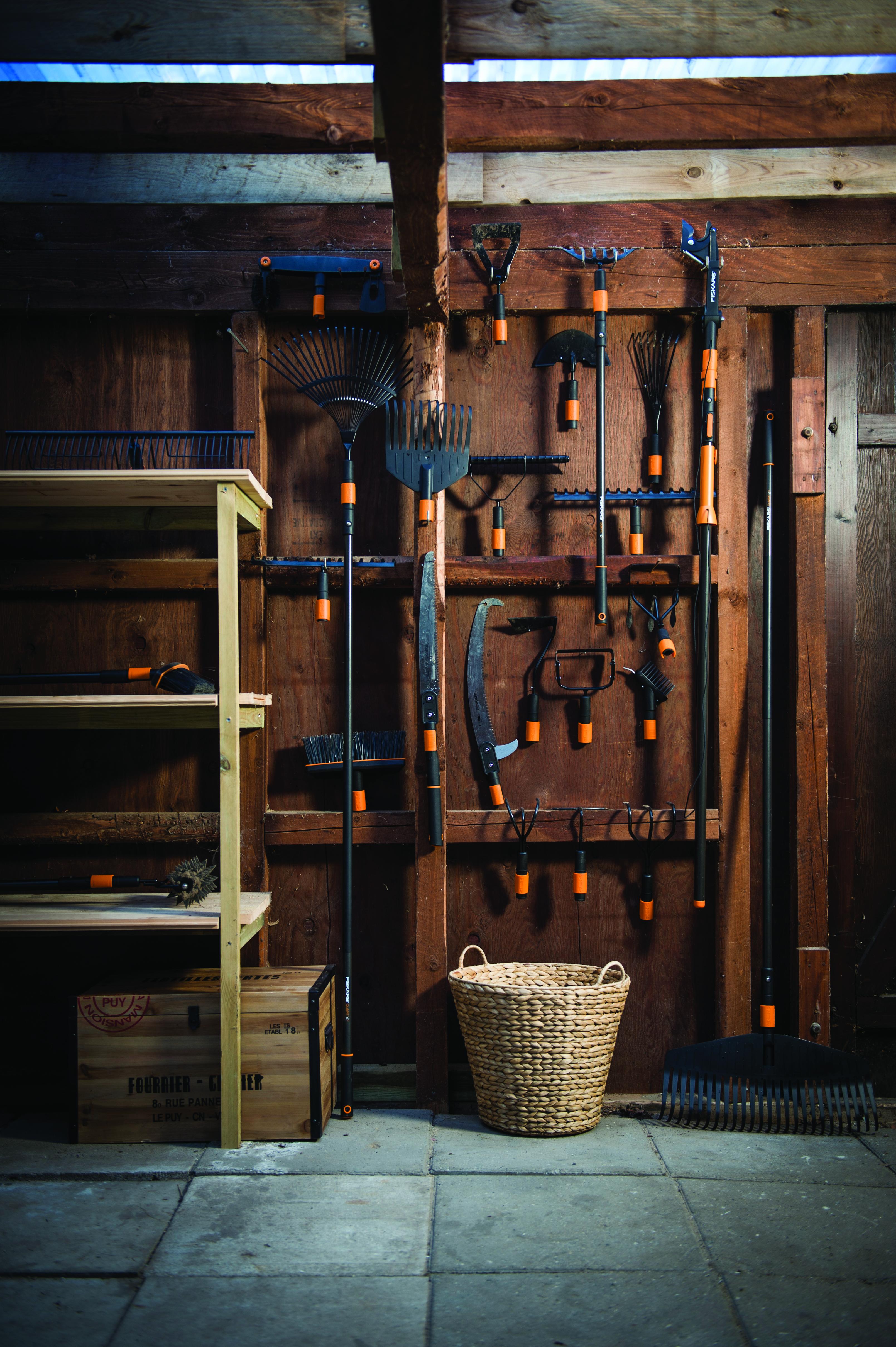 Fiskarsin työkaluja vajan seinällä