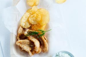 frittiahvenet, lämpimät perunalastut ja lime-tsatsikikastike