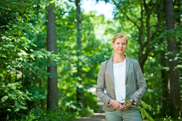 Liisa Helve-Sibaja metsässä
