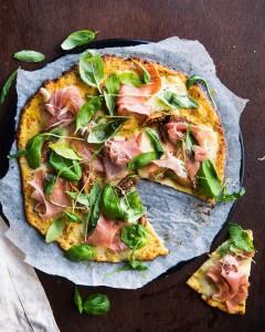 Parmankinkku-viikuna-kukkakaalipizza