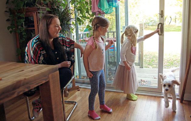 Au pair hoitaa lapsia vieraassa perheessä.