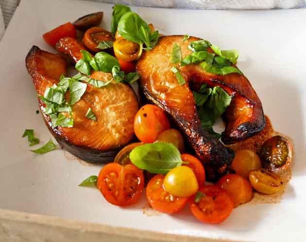 Teriyakimarinoitua savulohta ja pikapikkelöityjä tomaatteja