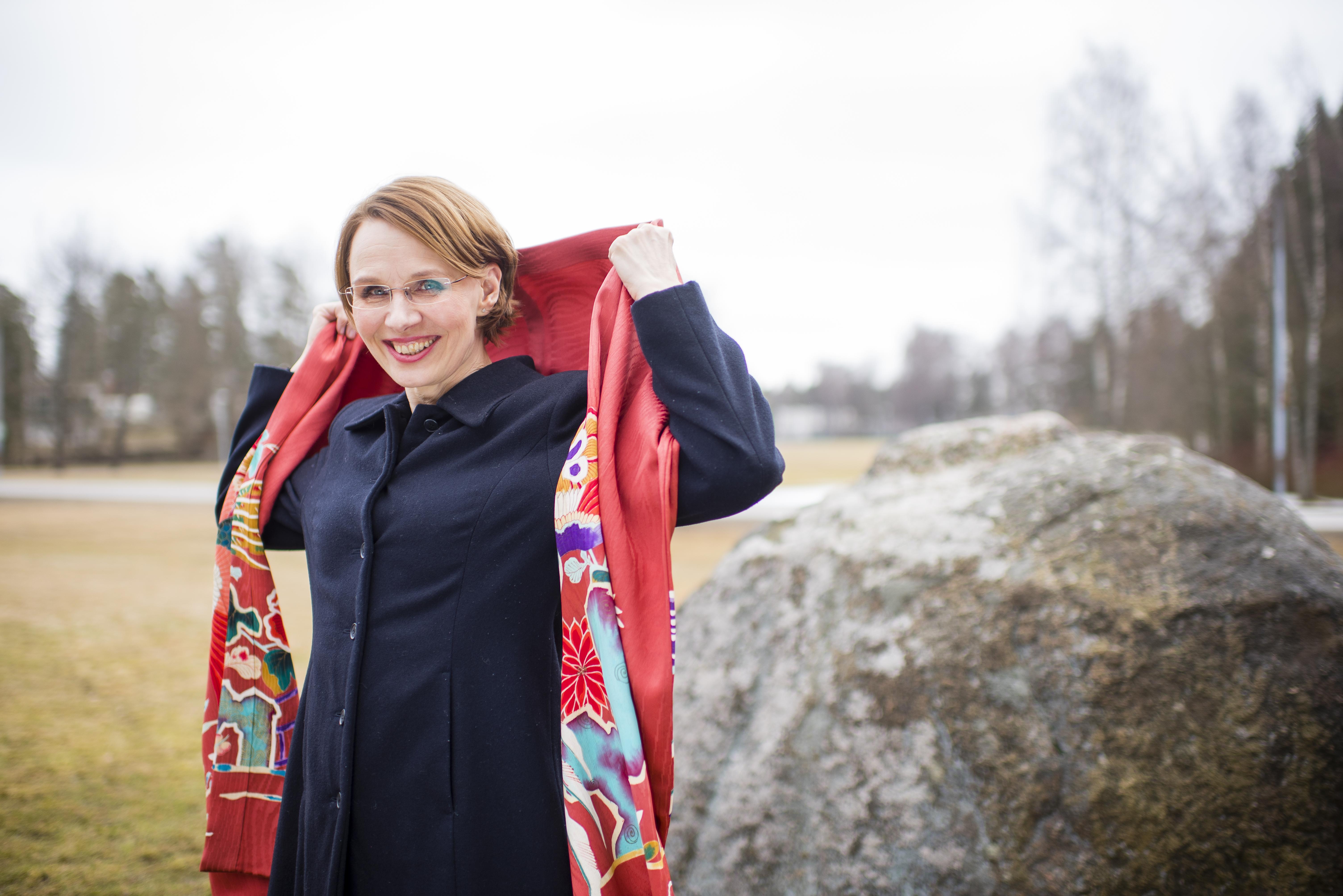 Minna Eväsoja on teettänyt vanhasta silkkikimonosta kauniin hartiahuivin.
