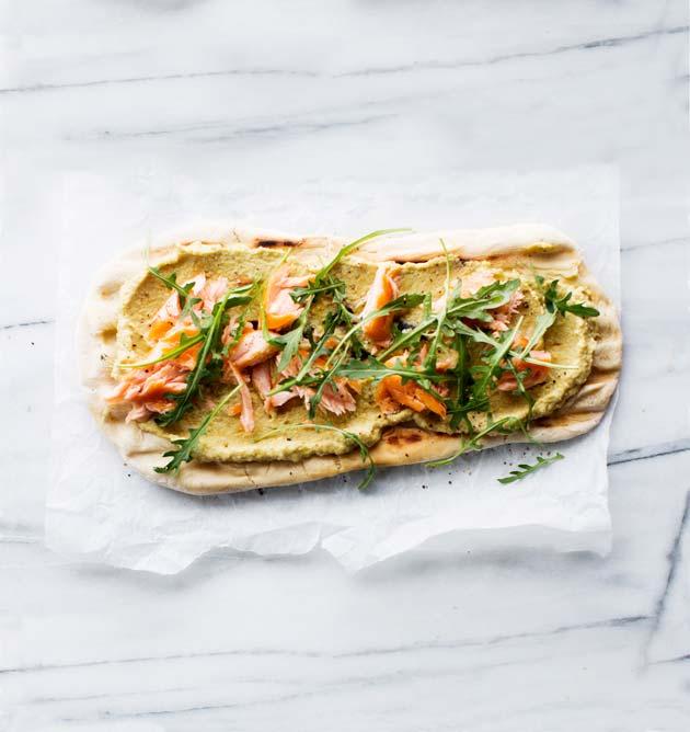 lohi-avokadohummus flat-bread