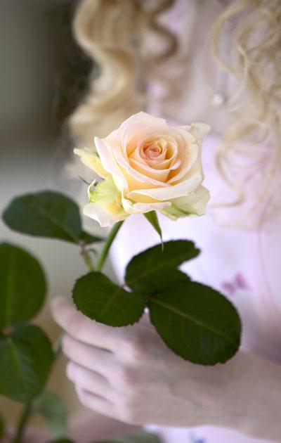 Valmistuneella ruusu kädessä