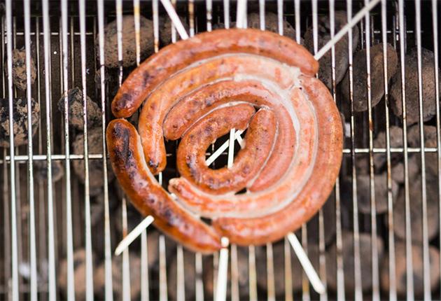 makkaraa grillissä