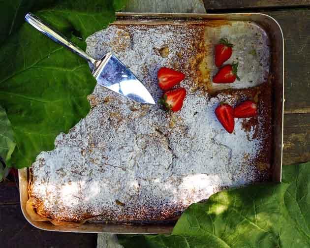 Gluteeniton Maisemakahvilan raparperipiirakka