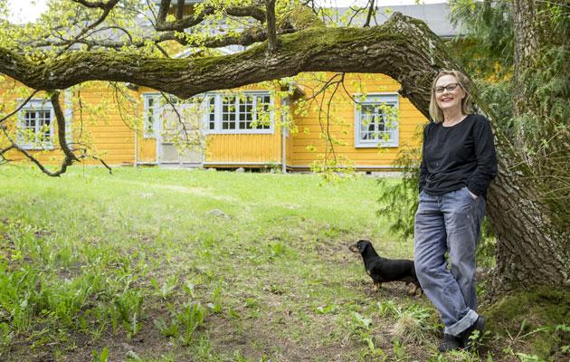 Marjatta Tapiola Sysmässä lapsuudenkodissaan