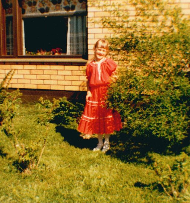 Mari Palo lapsena punaisessa mekossa