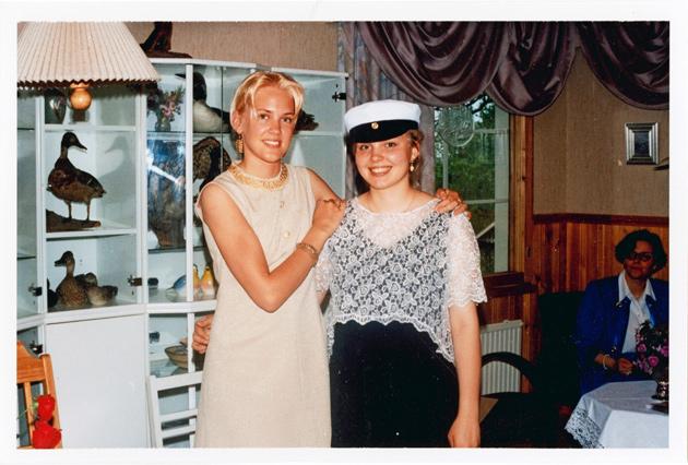 Mari Palo ystävänsä ylioppilasjuhlissa vintagemekossa