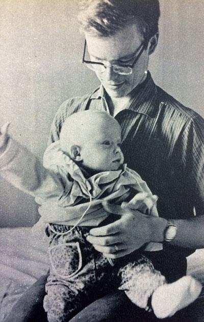 Vuoden vauva isänsä kanssa