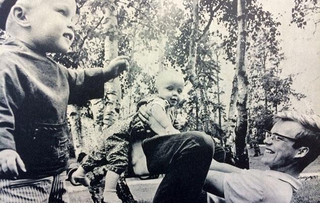 Kotilieden vauva Hannu isän ja veljen kanssa vuonna 1967