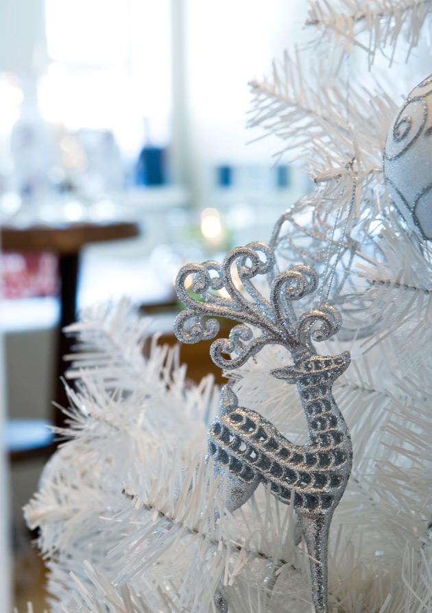 Joulukuusen historia on nähnyt monenlaisia koristetrendejä. Tässä valkoinen tekokuusi kimaltavine bling-bling-koristeineen.