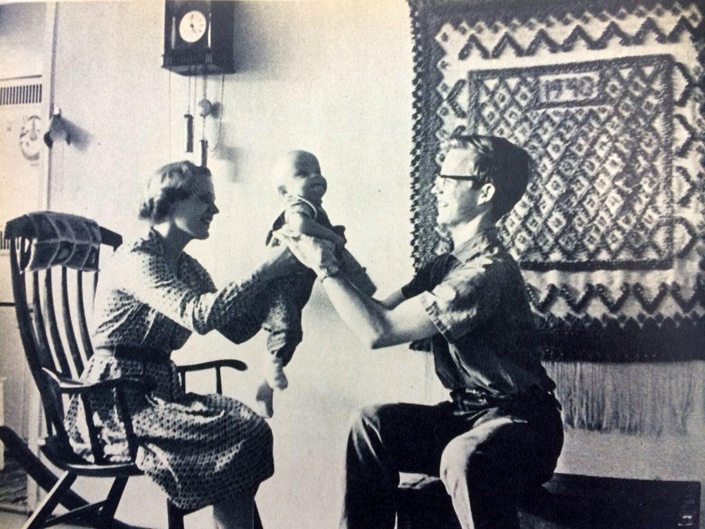 Vuoden vauva vanhempiensa kanssa