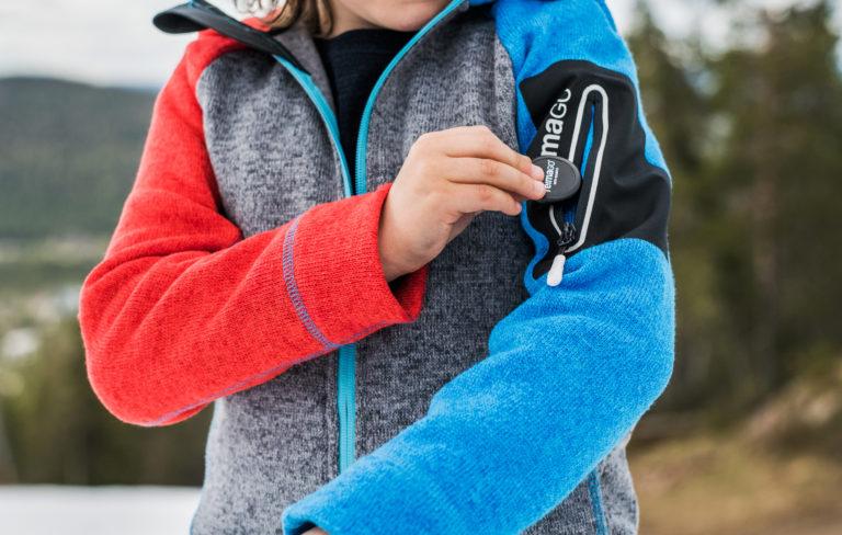 Reima Go -aktiivisuus-sensori kiinnitetään sille tarkoitettuun taskuun.