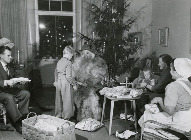 joulupukki lahjojen jaossa