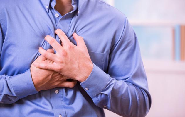 Mies puristaa rintaansa sydänkohtauksen kourissa