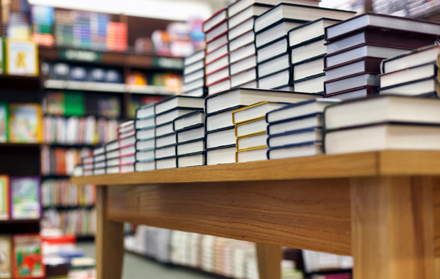 kirjoja pinossa pöydällä