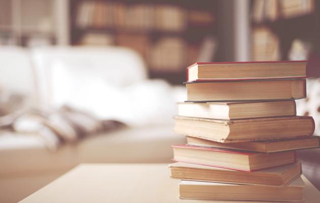 Kasa kirjoja pöydällä