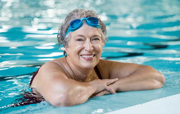 Iäkäs nainen uima-altaassa