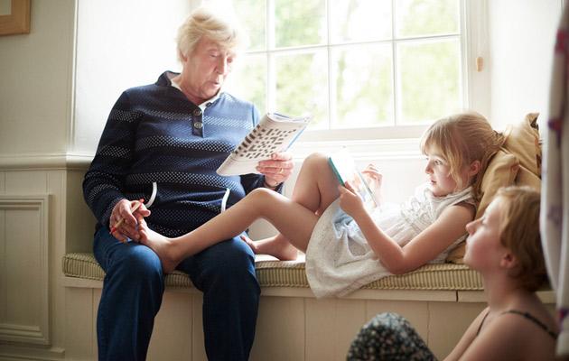 isoäiti täyttyy ristisanaa lastenlasten lukiessa