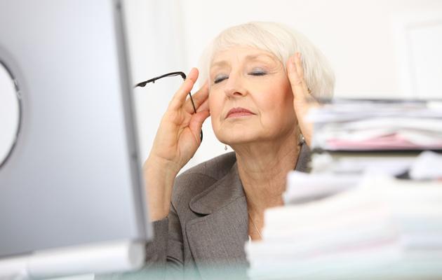 Iäkäs nainen on stressaantunut töissä