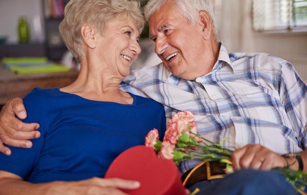 Iäkäs pariskunta pitää hauskaa toistensa seurassa