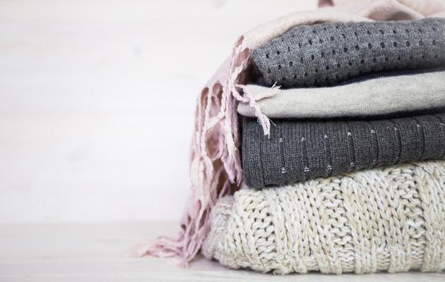pino villapaitoja pöytätasolla