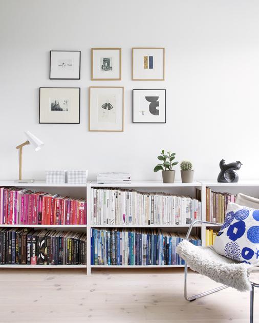 Kirjahylly järjestyy värien mukaan.